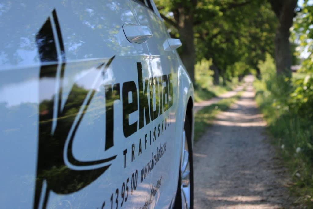 Närbild på en övningskörningsbil på Krekolas Trafikskola