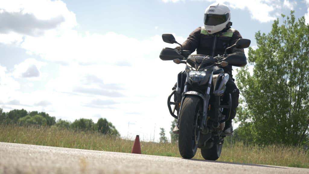 Blivande MC-förare kör en av Krekolas Trafikskolas motorcyklar under en lektion
