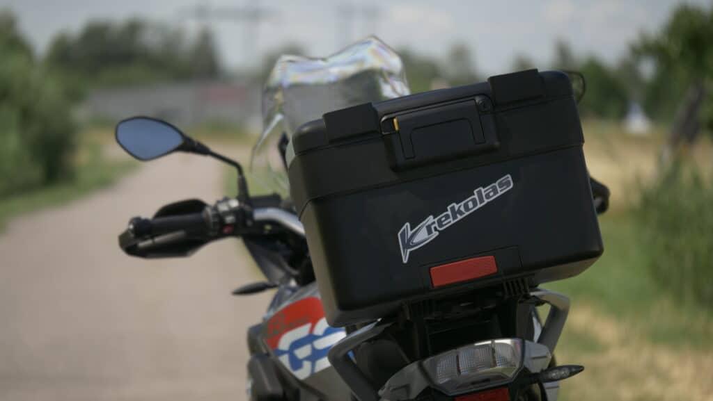 Närbild på motorcykel med Krekolas Trafikskola-logga