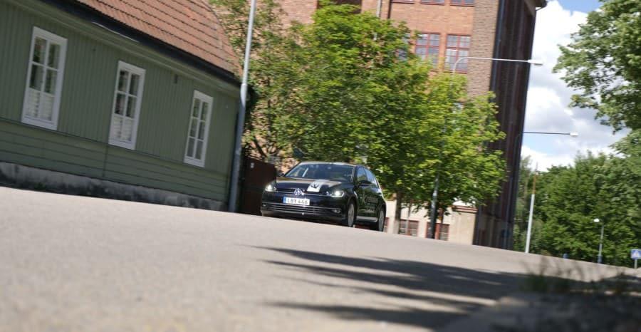 Bil från Krekolas Trafikskola ute på övningskörning i Eskilstuna